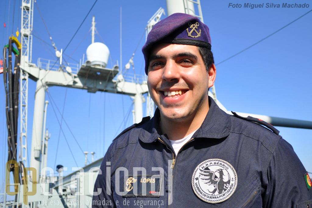 """1.º Grumete Lopes, 23 anos de idade, 3 de Marinha dos quais metade no """"Bérrio"""". Usa a boina regulamentar para pessoal não fuzileiro (criada em 2006), o fato de embarque intruduzido experimentalmente em 2004 e depois alagardo a todo o pessoal embarcado. Note-se ainda o """"patch"""" (símbolo da unidade) do NRP """"Bérrio""""."""