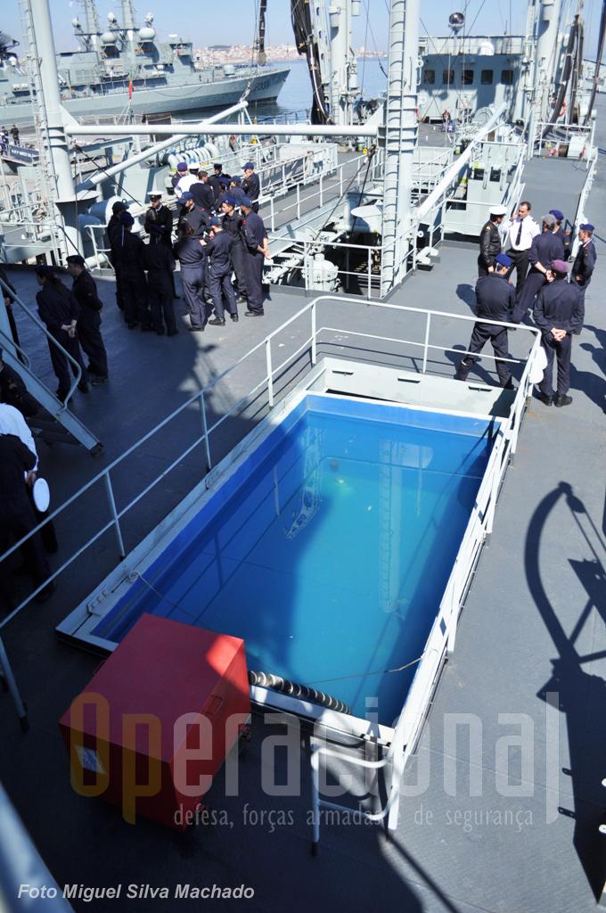 Parece mas não é uma piscina! Trata-se de um tanque com água para combate a incêndios.