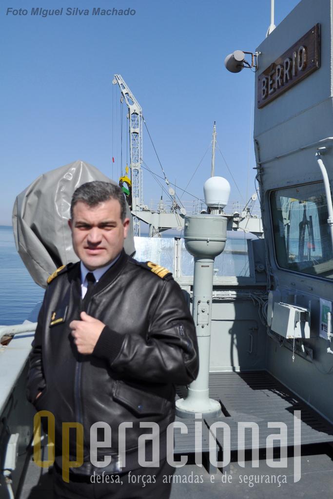 """O capitão-de-fragata Dias Correia na """"asa da ponte"""" do navio. Comanda o NRP """"Bérrio"""" desde Novembro de 2010 e é o seu 9.º comandante na Marinha Portuguesa."""