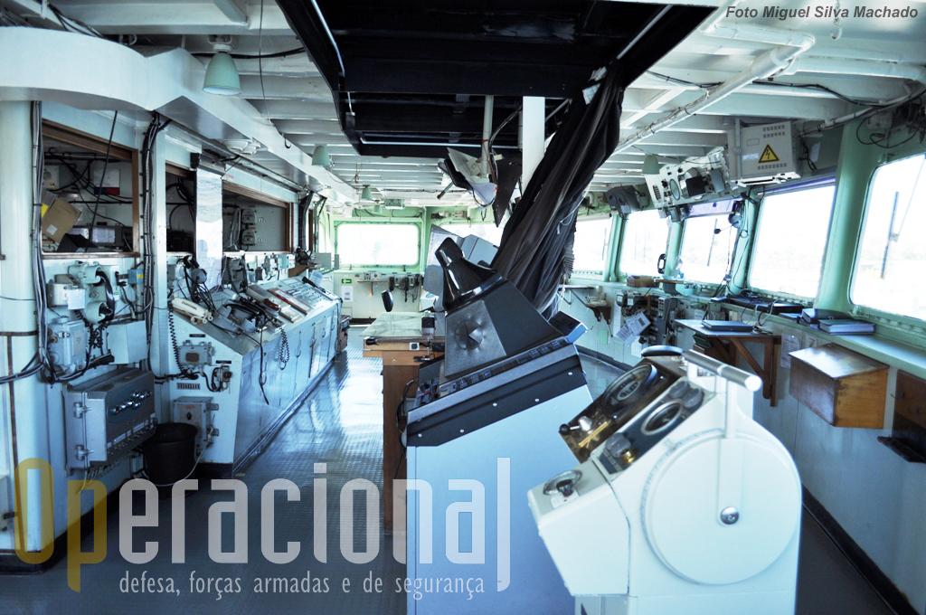 Vista geral do interior da Ponte e, à esquerda na imagem, do Centro de Operações.