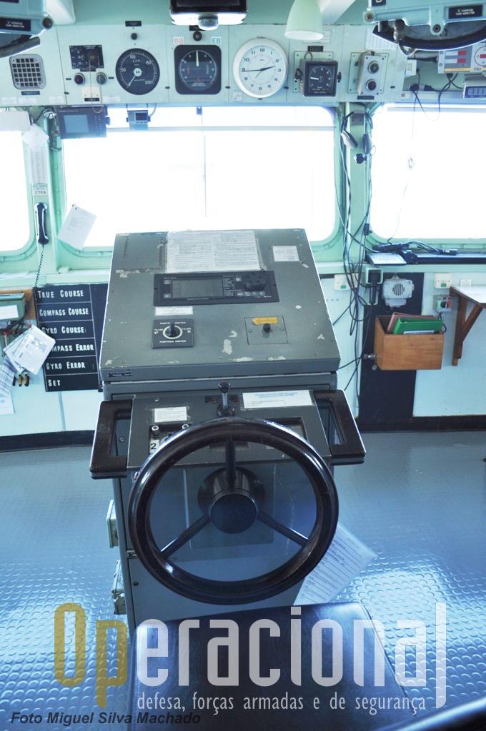 """A Roda do Leme do """"Bérrio"""" na Ponte. Como em todos os navios, bem mais abaixo, na Casa da Máquina do Leme, há uma outra (diferente) para situações de emergência."""
