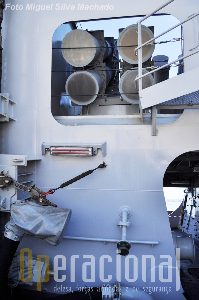 "4 dos 8 contentores para lançamento misseis anti-navio ""Harpoon""."