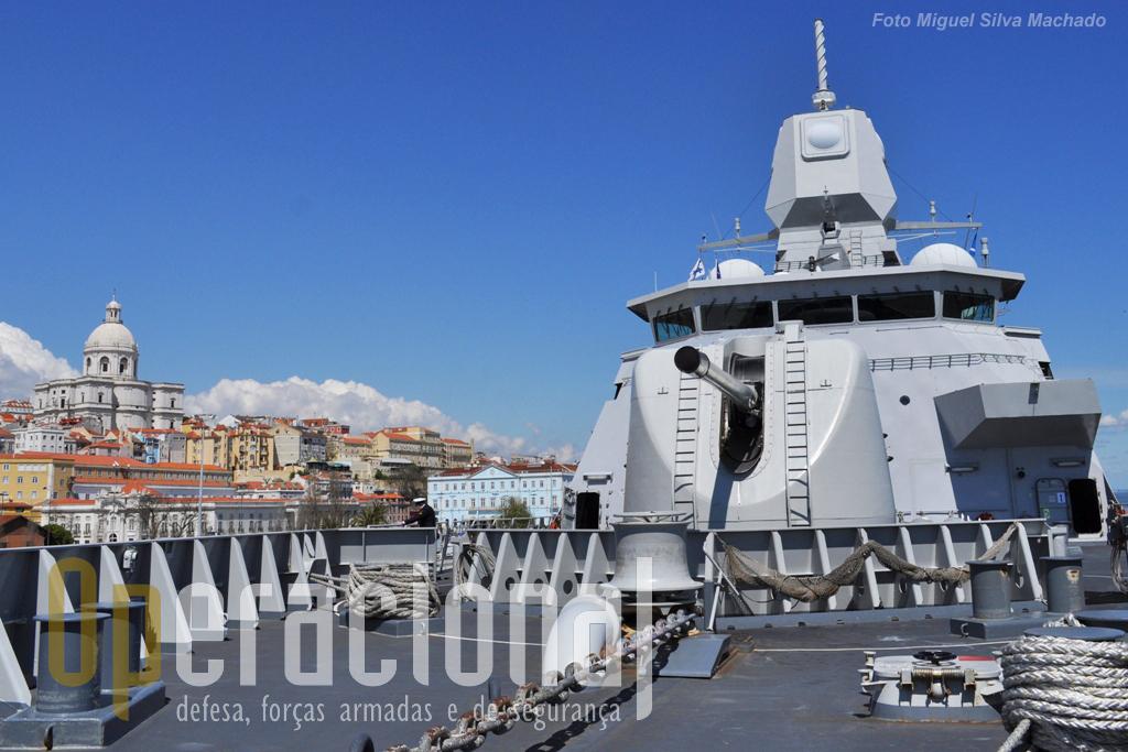 Em primeiro plano a peça de 127mm e ao fundo a ponte de comando e o sistema APAR que é caracteristicos destes navios e de outros semelhantes que adoptaram o mesmo sistema radar.