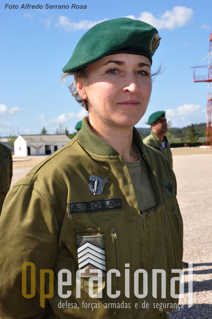 A Primeiro-Sargento Paraquedista ROSA foi a primeira mulher militar a frequentar e concluir com êxito o Curso de «INSTRUTOR DE PARAQUEDISMO».