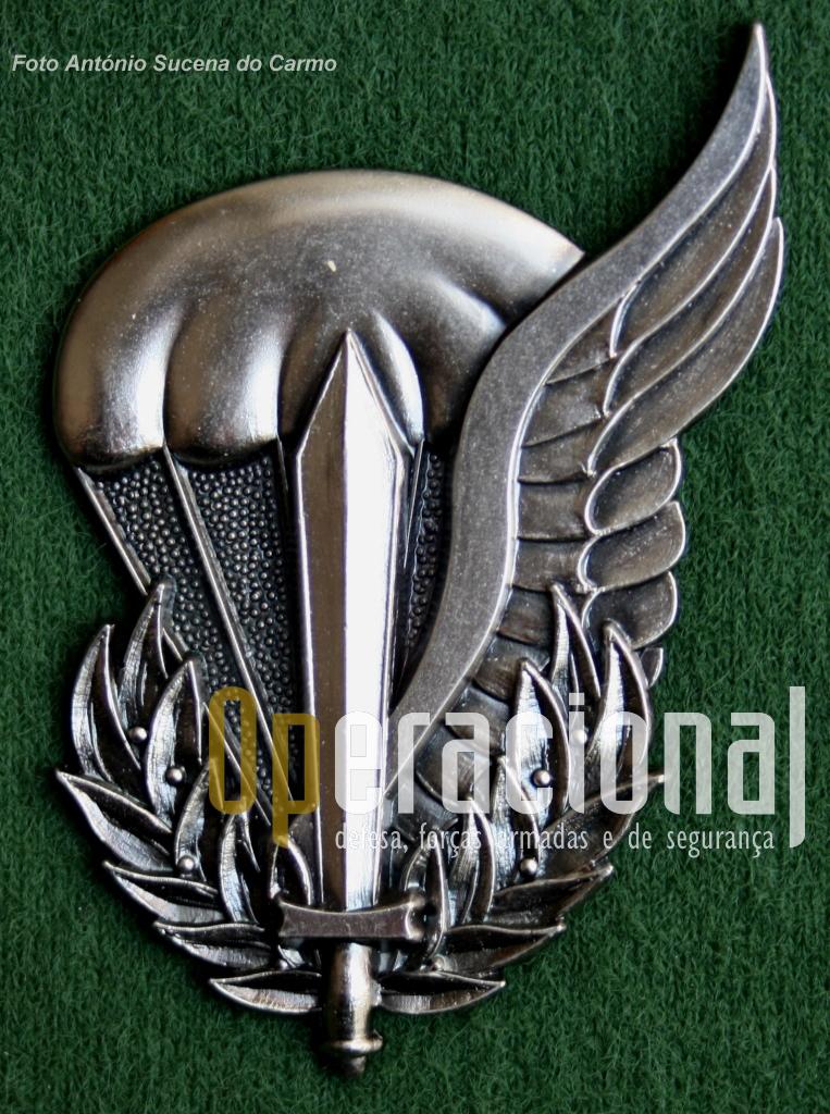 O distintivo de «INSTRUTOR DE PARAQUEDISMO» foi aprovado oficialmente pelo Despacho Nº166/CEME/11.