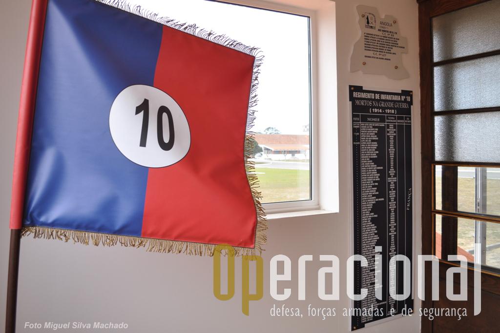 """E bem assim como com os """"anteriores Regimentos de Infantaria 10"""". As placas em fundo, réplicas (em cima) de uma colocada no anterior Batalhão de Infantaria de Aveiro e (em baixo) no Castelo de Bragança."""