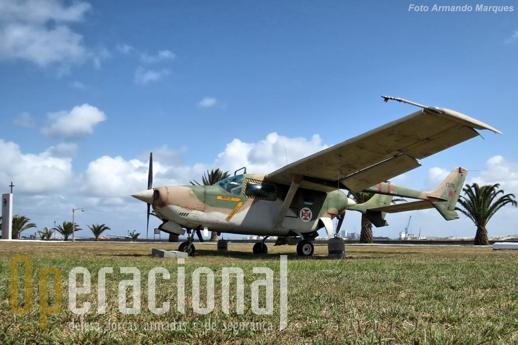 O Reims-Cessna FTB-337G oferecido pelo Museu do Ar está, junto ao Espaço memória mas vai ficar em definitivio junto à entrada da unidade.