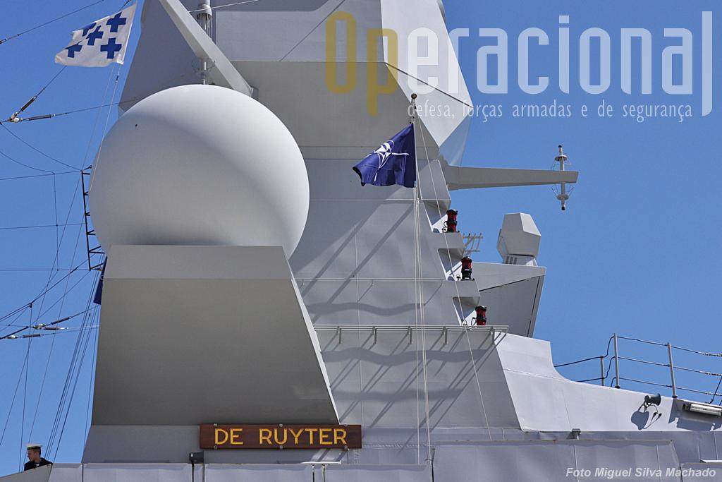 """Ao serviço das NATO o """"De Ruyter"""" embarca o comandante da SNGM 1, comodoro . Apesar de fortes cortes na Defesa (anunciados já em Abril), a Marinha Holandesa"""