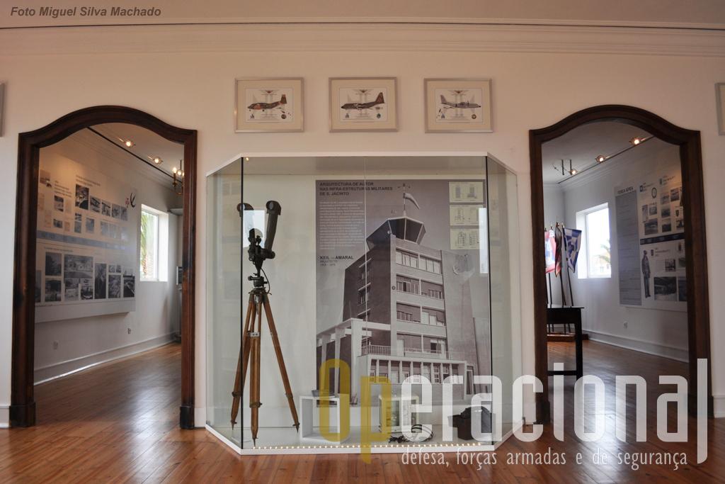 A obra emblemática da unidade, da autoria de Keil do Amaral, domina esta entrada. Em cima, 3 das excelentes imagens de Miguel Amaral que muito enriquecem este espaço.