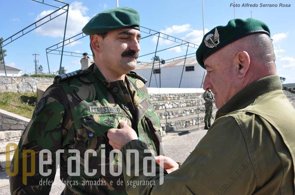 Imposição do distintivo «INSTRUTOR DE PARAQUEDISMO» ao Coronel Tirocinado Paraquedista CARLOS PERESTRELO.