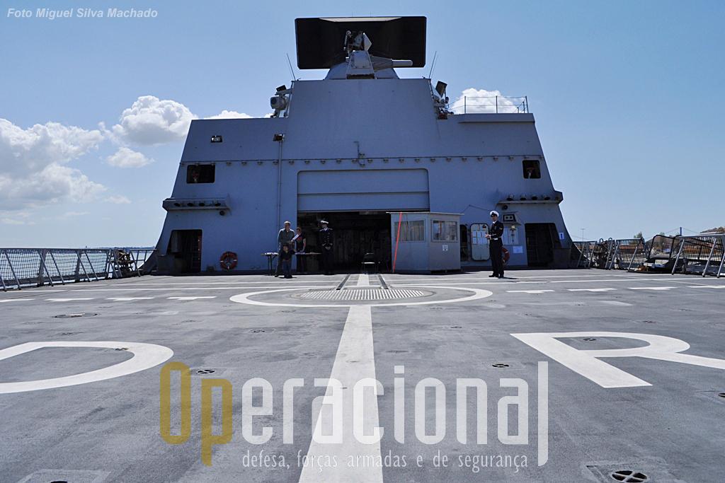 O convés de voo apto apto a receber o NH90 (NATO Frigate Helicopter, como é conhecida a sua versão naval), pesa cerca do dobro do Lynx que a Marinha Holandesa também usa.