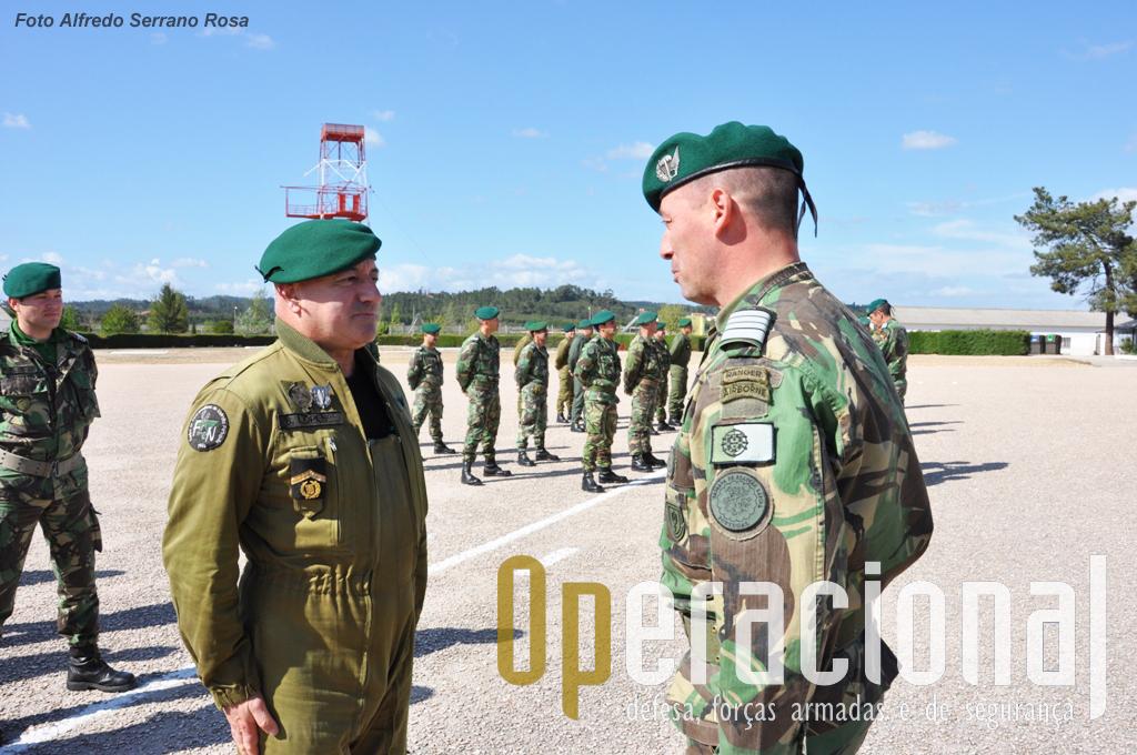 O Coronel Paraquedista JOSÉ DUARTE COSTA vai proceder à imposição do distintivo ao Sargento-Chefe Paraquedista ANTÓNIO LOPES.