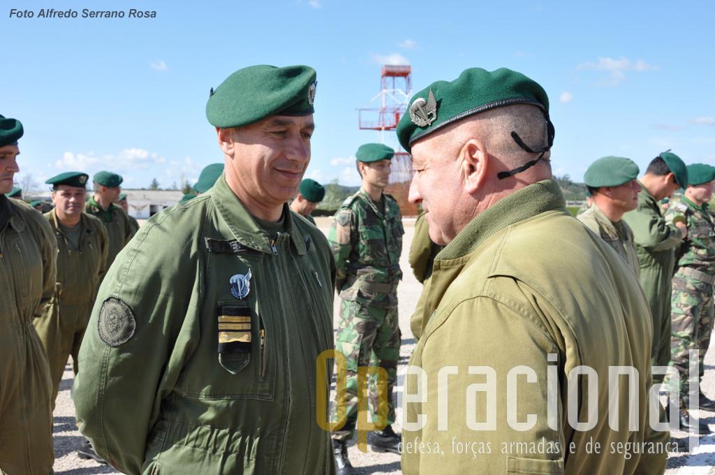 O Tenente-Coronel Paraquedista PIRES após imposição do distintivo pelo Sargento-Chefe Paraquedista ANTÓNIO LOPES.