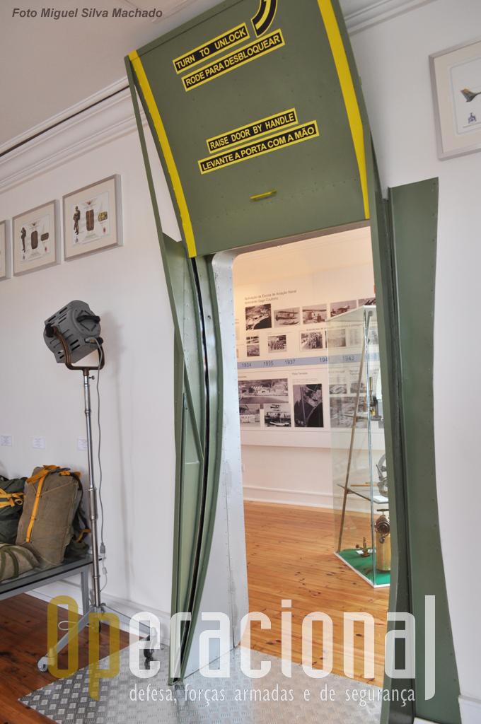 """O """"lado Força Aérea"""" do """"Grumman"""" com uma aproximação à porta de um C-130."""