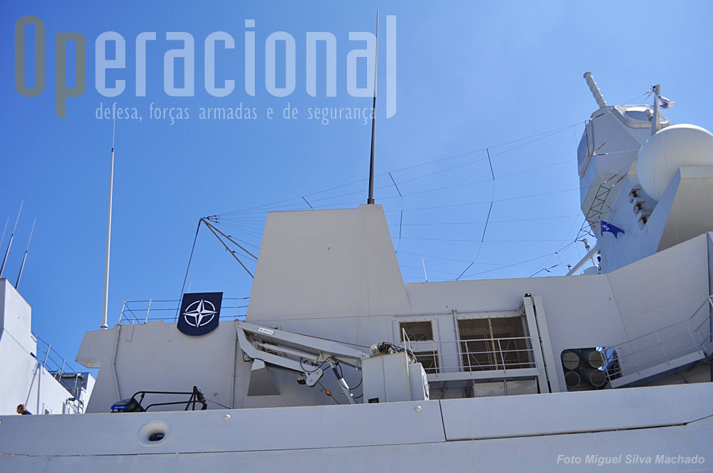 O navio visto de estibordo. Podem notar-se  (da direita) o sistema Thales APAR (active phased array) radar multifunções, 4 contentores para lançamento misseis Harpoon, o guincho operar semirigido.