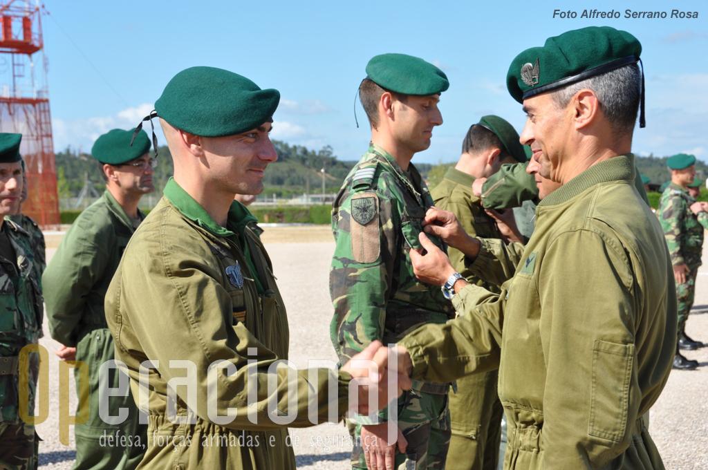 Um oficial é saudado pelo Tenente-Coronel Paraquedista HENRIQUES após imposição do distintivo.