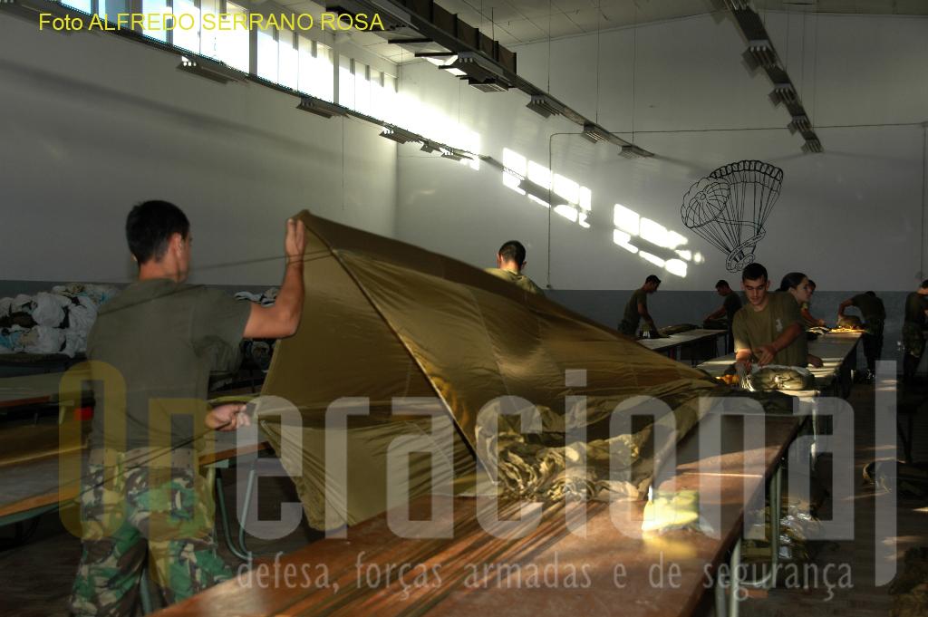 Habilitar os soldados paraquedistas a dominar as técnicas de dobragem de paraquedas de abertura automática e de abertura manual, é um dos objetivos do Curso de «DOBRADOR DE EQUIPAMENTO AÉREO».