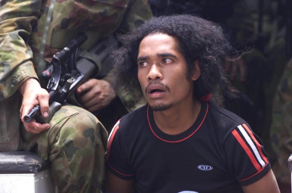 Suspeito de pertencer às milicias pró-indonésias detido. A INTERFET tinha um mandato que lhe permitia levar a cabo a sua missão sem ambiguidades. Foto Ministério da Defesa da Austrália.