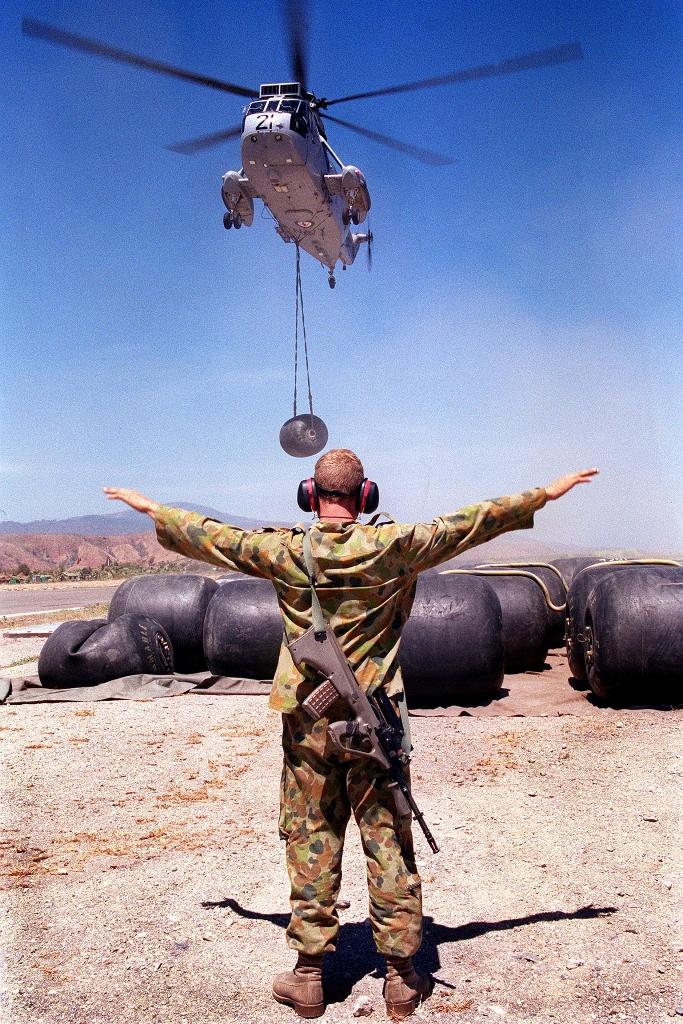 Um helicóptero Sea King da Marinha australiana descarrega combustivel no aeroporto de Komoro / Dili. Foto Ministério da Defesa da Austrália.