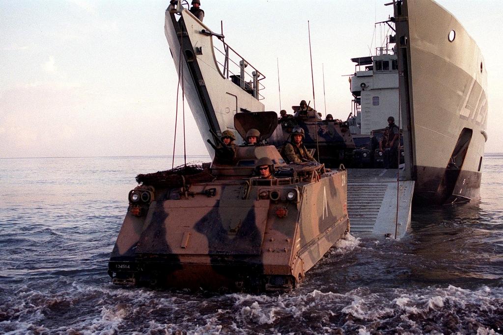 M-113 autraliano desembarca junto a Suai (130 km a sudoeste de Díli) a partir do HMAS Balikpapan ( L-126 ). Foto Ministério da Defesa da Austrália.