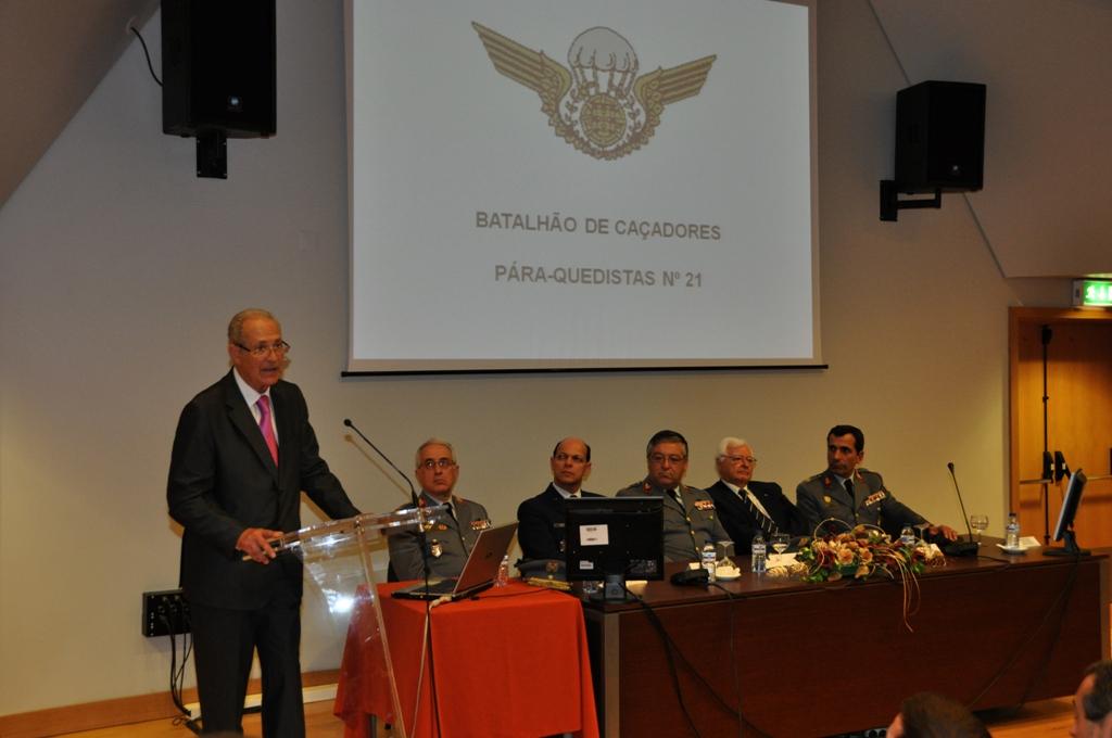 O major-general José Ramos Lousada na apresentação da obra. Na mesa, da esquerda, tenente-general Amaral Vieira, general José Pinheiro, general Pina Monteiro, general  Cerqueira Rocha e major-general Campos Serafino