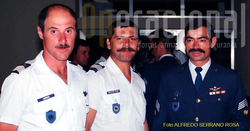 """Militares paraquedistas em serviço no GOAS. Note-se o uso do distintivo de """"identificação de unidade"""" suspenso no bolso direito."""