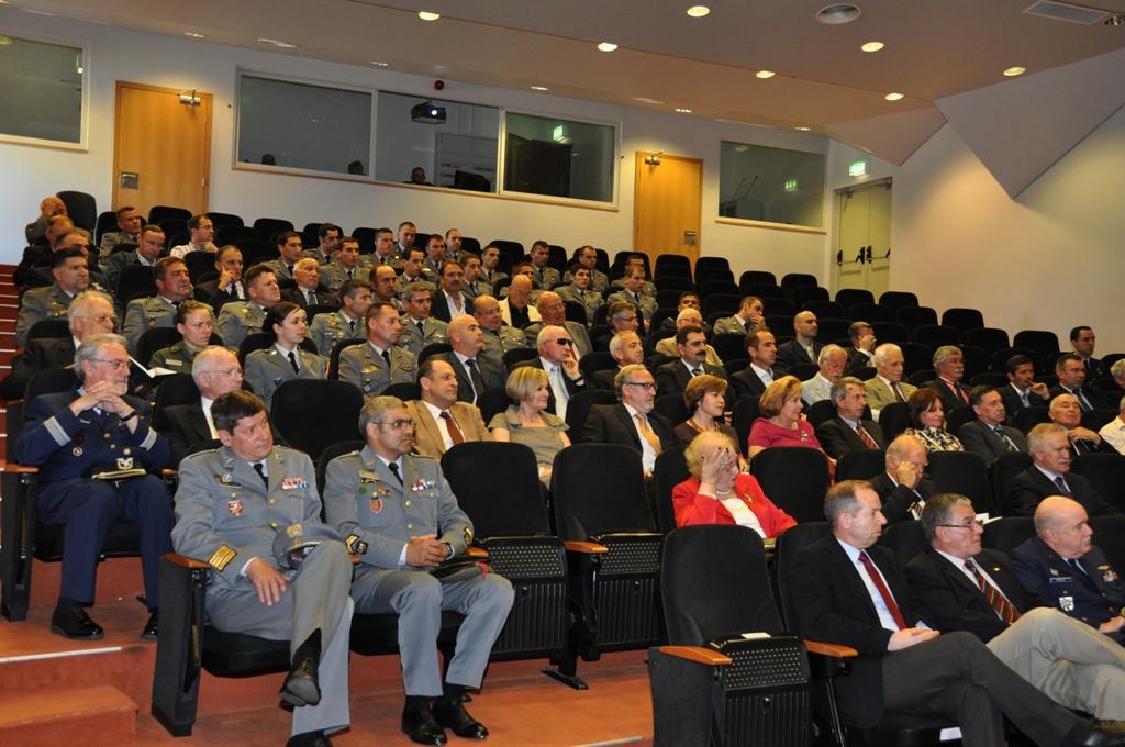 A sessão juntou na Academia Militar (Amadora), antigos camaradas de armas, militares no activo do Exército e Força Aérea, cadetes e familia do autor.