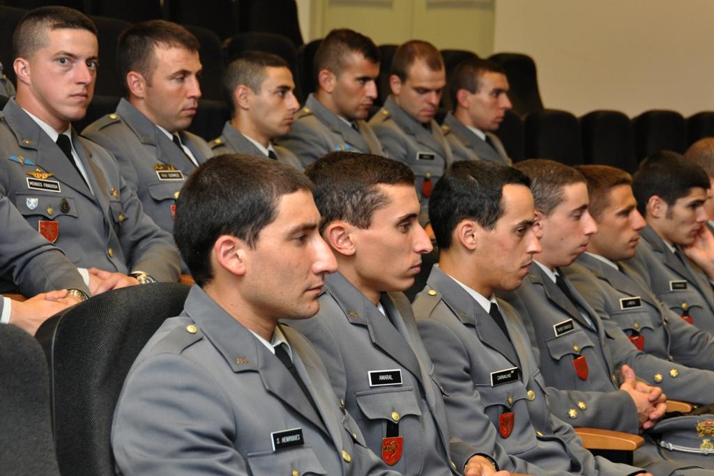 Alguns dos (poucos) cadetes da Academia Militar que estiveram presentes. Não faltará muito e parte deles estarão empenhados nas novas missões das Forças Armadas, quem sabe, a combater.