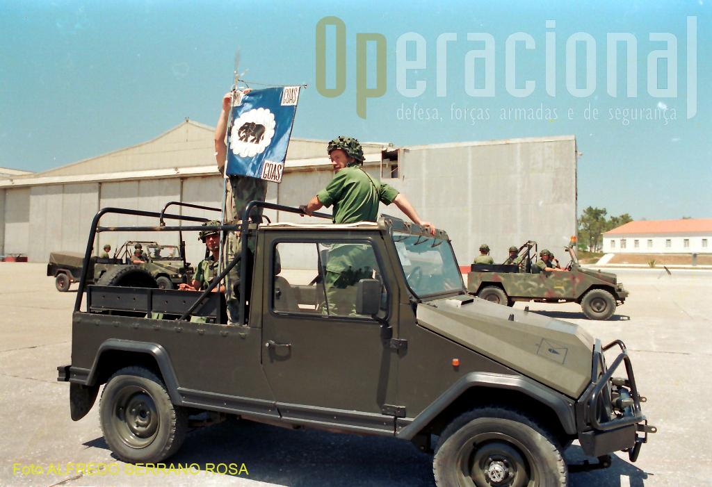 1991: viatura do GOAS preparando-se para um desfile-treino dedicado ao Dia da Força Aérea.