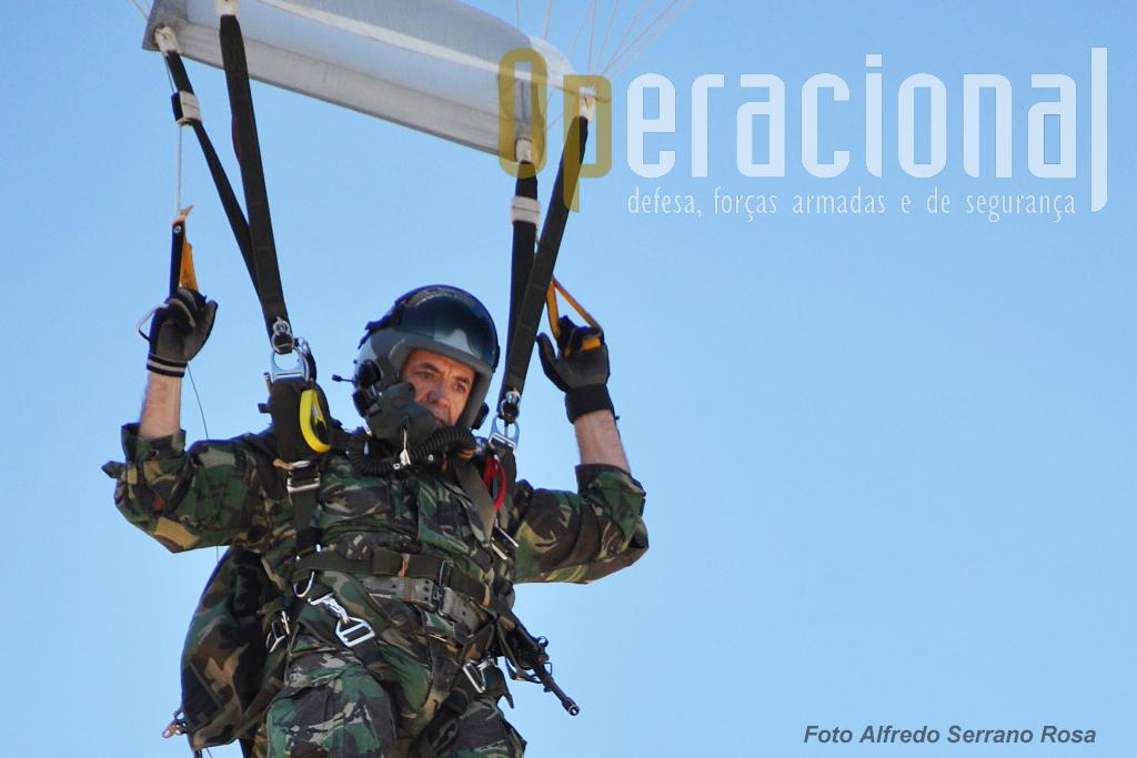 """Saltador Operacional a Grande Altitude (SOGA) do Batalhão Operacional Aeroterrestre, prepara a aterragem. A """"dupla"""" SOGAs do Exército/meios aéreos da Força Aérea, constituem uma capacidade de intervenção única no contexto militar nacional."""