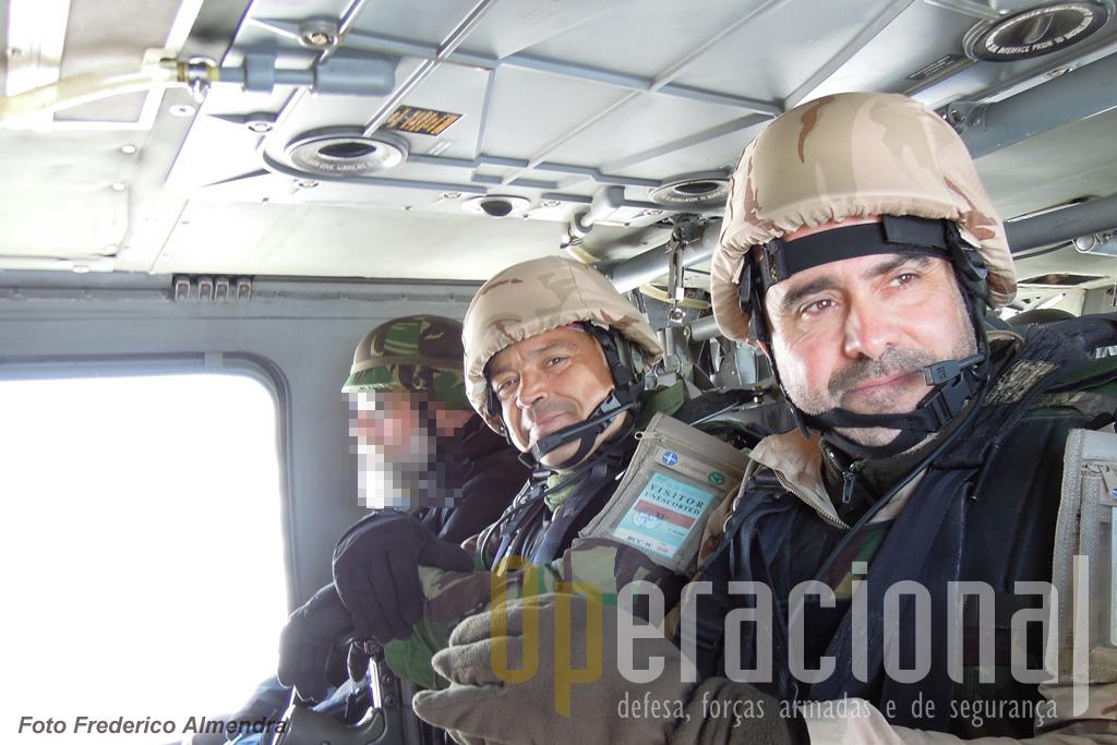 A bordo de um helicóptero de um país aliado o comandante do 4.º Contingente Nacional (que está actualmente no Afeganistão), Coronel António Leitão (em primeiro plano), o Tenente-Coronel Torcato e um oficial da Célula de Informações Militares, sobrevoam...