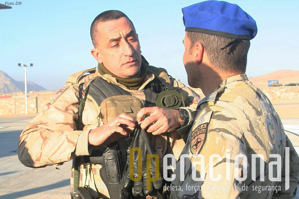 "O Coronel Almendra e o Tenente-Coronel GNR António Monteiro (de costas), comandante da componente da ""Guarda""."