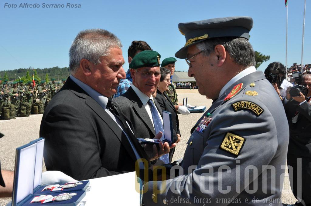 O general CME entrega as insignias das condecorações atribuídas a título póstumo, ao pai do Soldado Ricardo Valério, falecido em 2004.