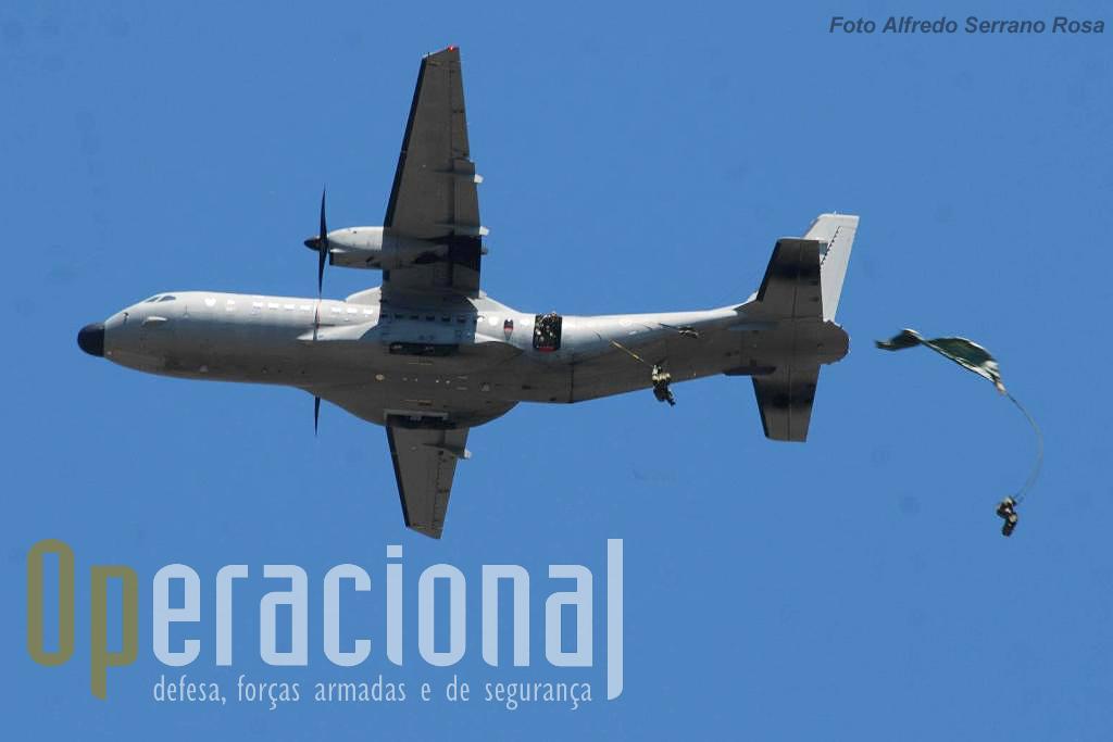 """Salto de abertura automática para a pista do Aerodromo Militar de Tancos - """"do outro lado da estrada"""" - a partir de um C295M da Esuadra 502 da Força Aérea Portuguesa."""