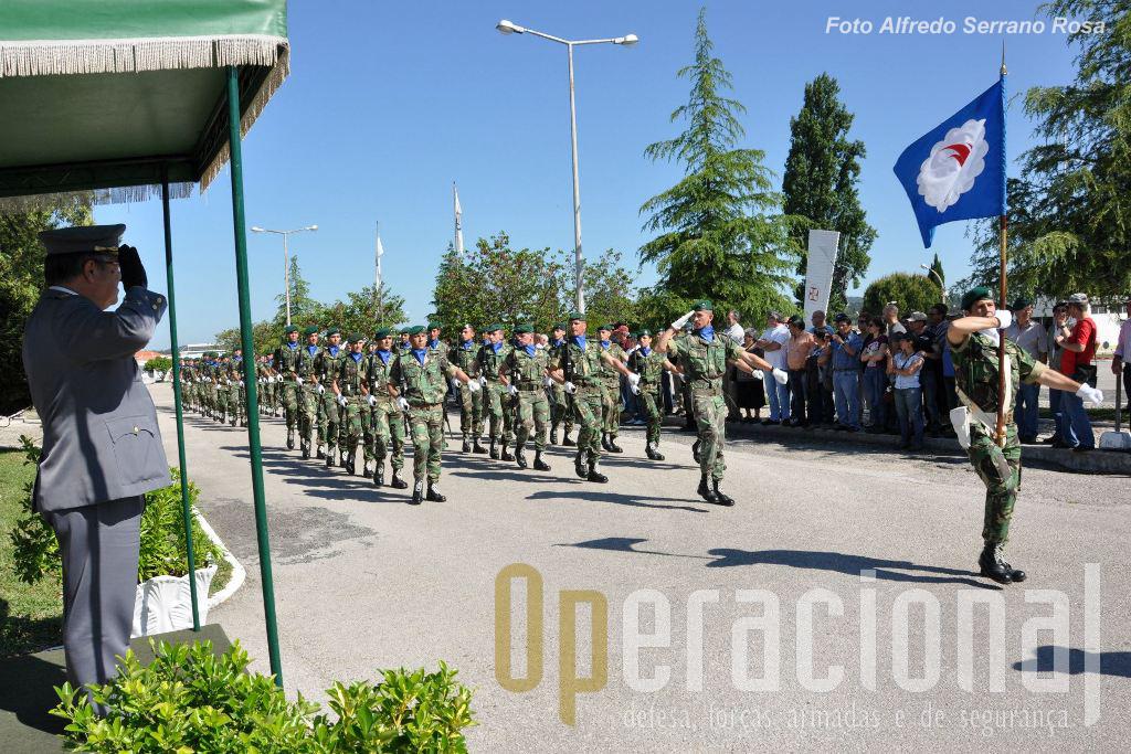 O Guião Heráldico da ETP e Companhia de Guarda de Hinra desfilam em continência perante o Chefe do Estado-Maior do Exército na sua chegada à unidade.