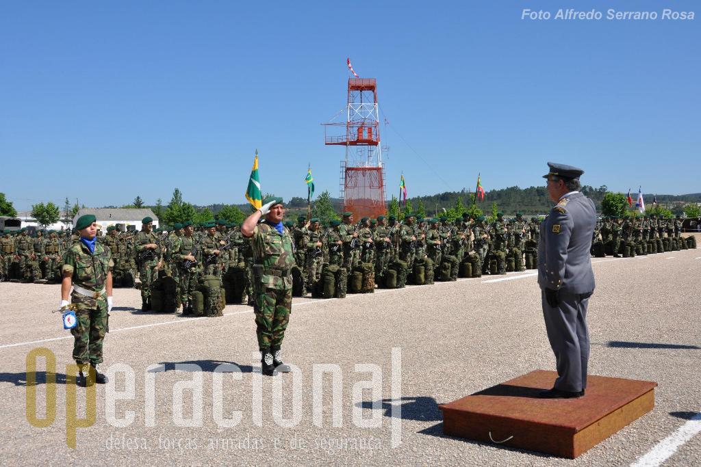 """O 2.º Comandante da ETP, tenente-coronel Joaquim Batuca, faz a apresentação das Forças na parada """"Alferes Pára-quedista Mota da Costa""""."""