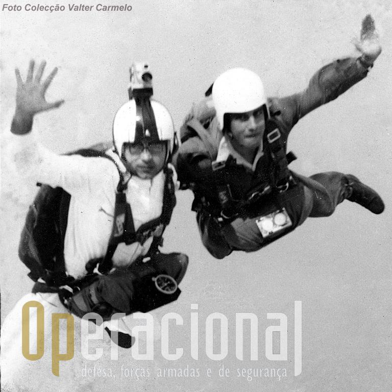 Salto sobre o Mussulo (Luanda/Angola) em 24SET1967: Valter Antunes Carmelo (com a máquina de filmar no capacete) e Vasco Rocha Vieira.