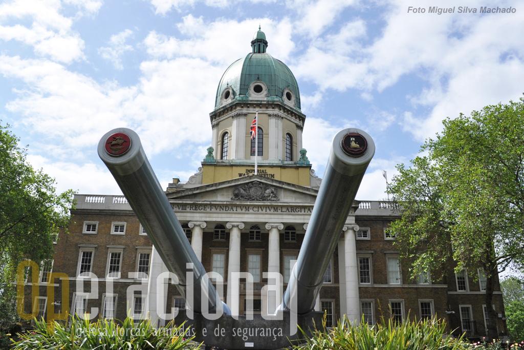 O antigo Bethlem Royal Hospital foi transformado para albergar o museu em 1936. Durante a 2.ª Guerra Mundial o museu esteve fechado e várias colecções foram colocadas fora de Londres. As imponentes peças navais de 15 polegadas marcam a entrada.