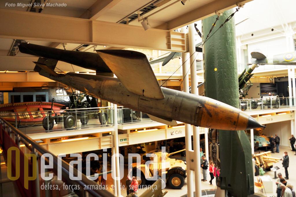 """A V1, """"bomba voadora"""" alemã que aterrorizou Londres na 2.ª Guerra Mundial. Ao fundo à esquerda uma das embarcações que retirou militares britânicos de Dunkerque (França) em 1940.19"""