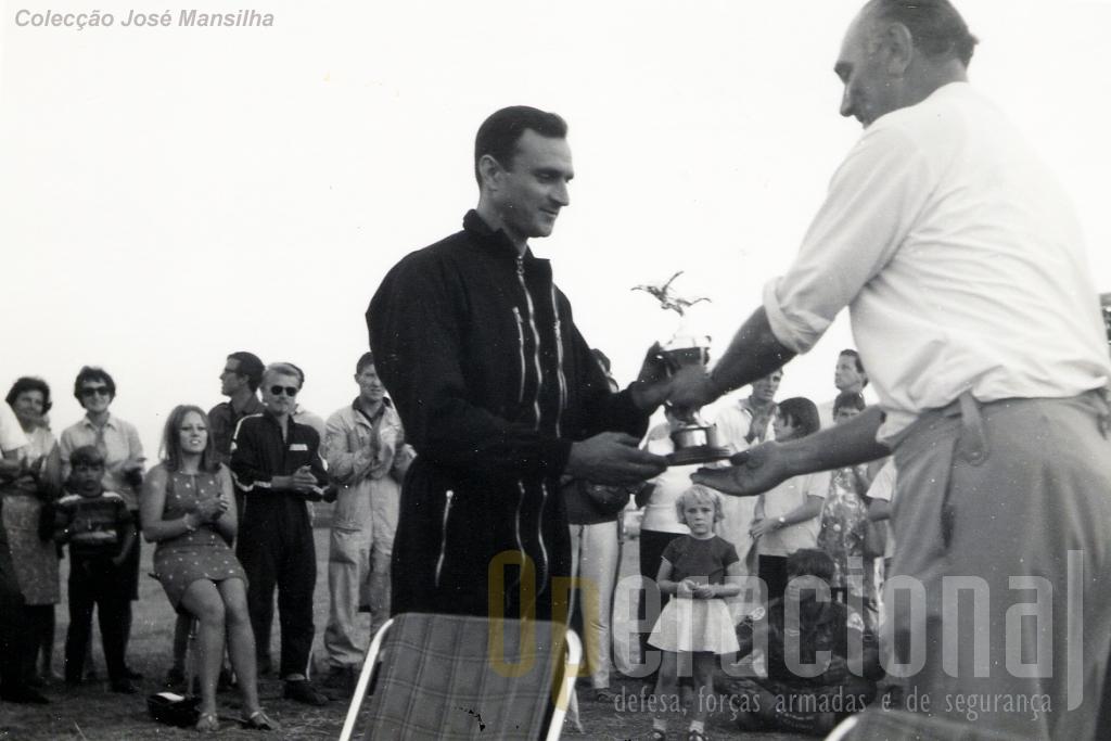 """O major Mansilha recebeu do coronel T. P. Lewis, presidente do """"Malawi Rifles Parachute Club"""", a Taças de 2.º lugar, por equipas e o Troféu de 3.º lugar individua."""