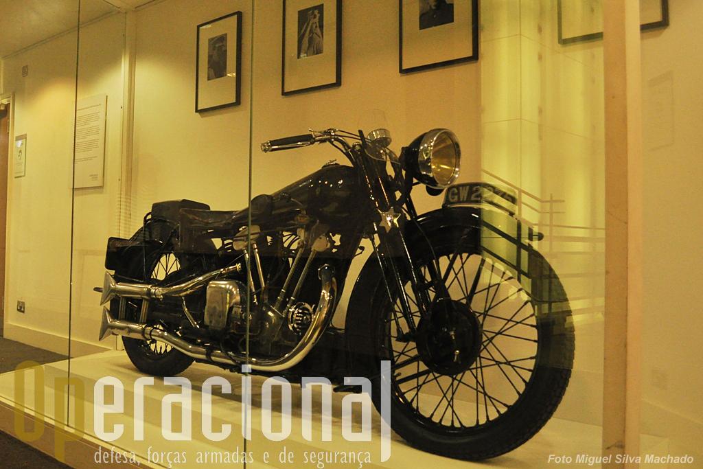 """A """"Brough Superior SS10"""" do lendário """"Lawrence da Arábia"""" e na qual morreu de acidente em 1935. Era a moto mais rápida (e mais cara) da época e T.E. Lawrence teve 7 desta marca, sendo esta manufacturada pelo próprio George Brough."""