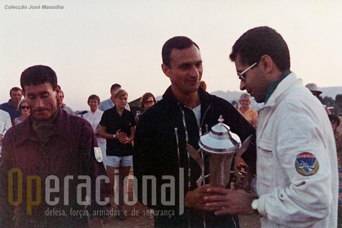 Rosário Lourenço e  José Mansilha entregando a taça a Valter Carmelo, único civil da equipa