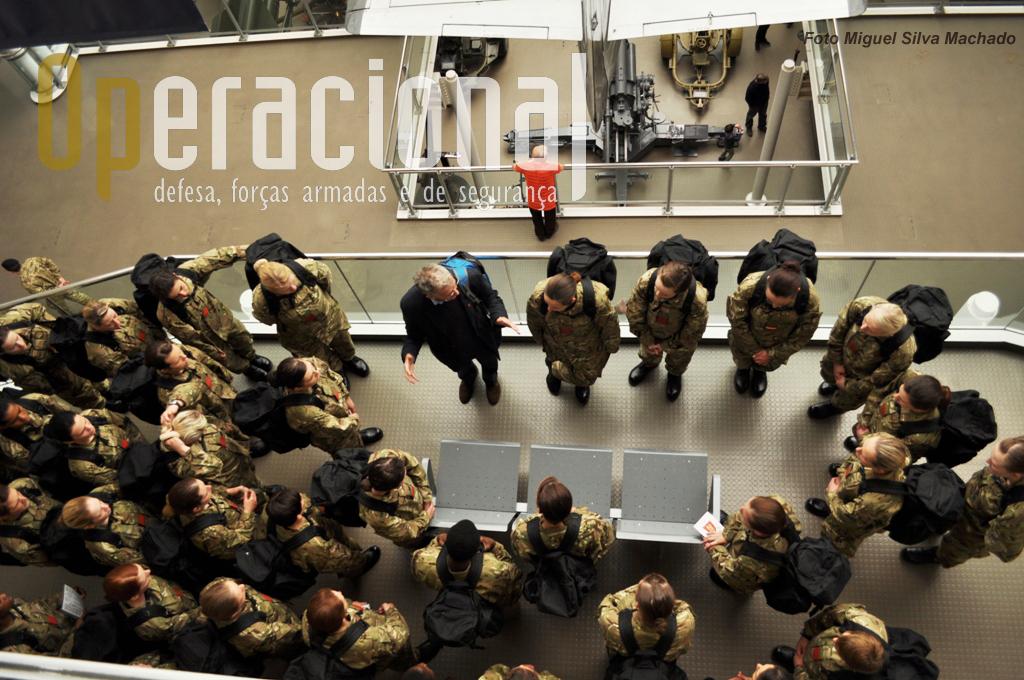 Os militares não nascem ensinados e uma visita ao museu, devidamente acompanhada, parece ser uma boa maneira de aumentar a sua cultura geral militar.