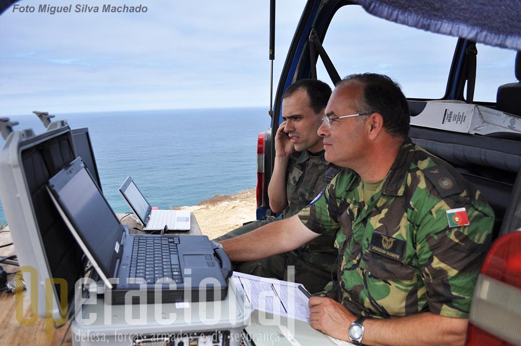 """A segunda estação de pilotagem, pronta para receber o """"06"""". O sargento-ajudante Paulo Teixeira, em primeiro plano, e o capitão Eloi Pereira"""