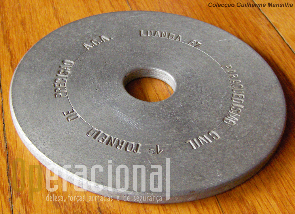 Recordação do 1.º Torneio de Pára-quedismo Civilm de Angola. Clara alusão ao circulo usado nos saltos de precisão.