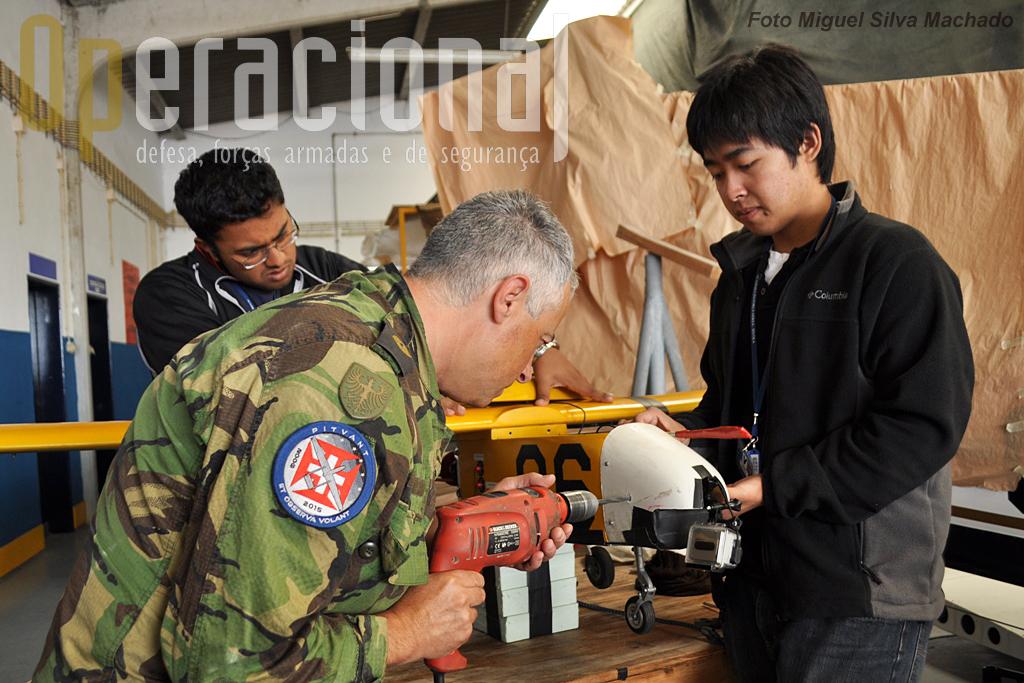 Bem cedo no hangar de Santa Cruz, os dois estudantes/investigadores americanos ajudam o sargento-ajudante Paulo Teixeira na preparação da plataforma.