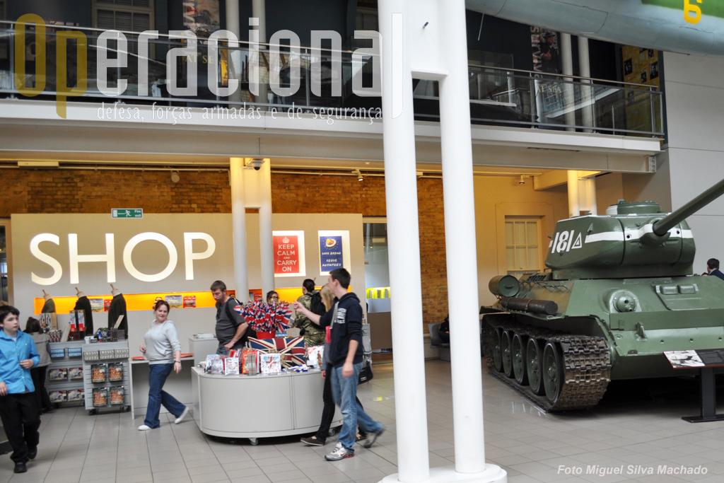 A loja do museu, com abundantes recordações de todos os tamanhos e feitios e um sector de livros muito completo. À direita um T-34/85 soviético. Este exemplar foi construido na Checoslováquia em 1955 e capturado pelas forças israelitas em 1953/54, comprado pelo IWM onde está desde 1977. Está pintado como pertencente à 95.ª Brigada de Tanques Soviéticos que atacaram Berlin em 1945.