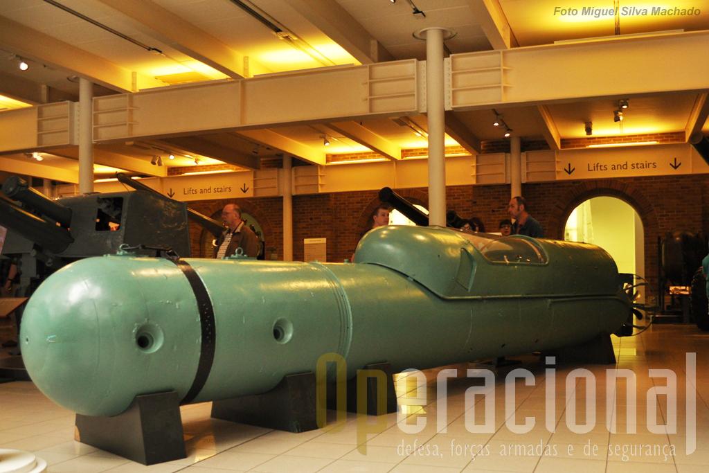 """Um """"Silura a Lenta Corsa"""" italiano, conhecido por Torpedo Humano, com dois lugares, motor eléctrico e carga explosiva de 250Kg (na frente). Este foi capturado em Génova em 1945."""