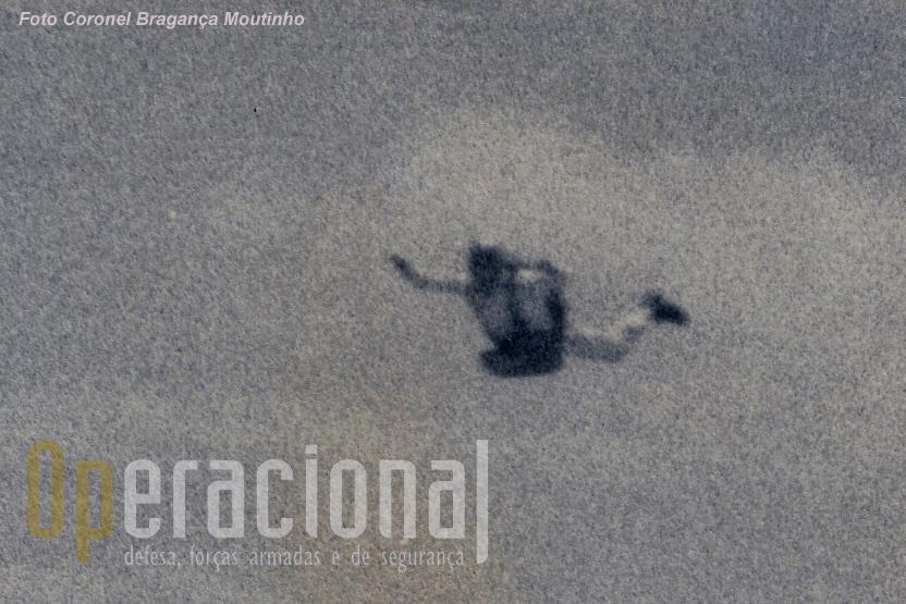 José Guilherme Mansilha fotografado por Bragança Moutinho, a primeira foto ar-ar de um pára-quedista em queda-livre em Portugal!