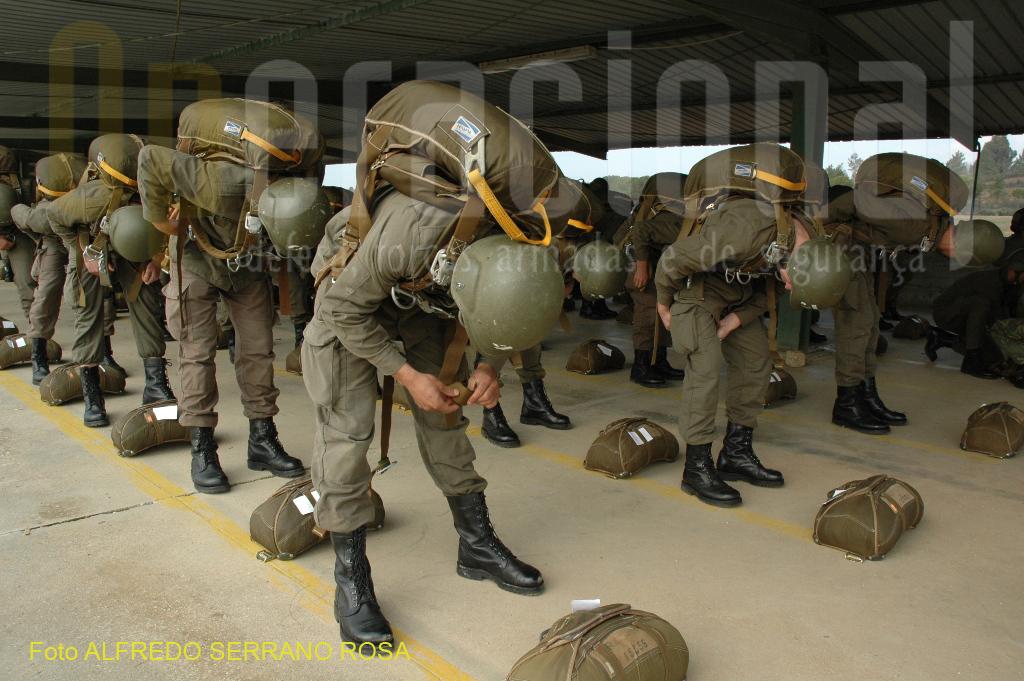 Depois de habilitados com o Curso de Paraquedismo, o Curso de «OPERAÇÕES AEROTERRESTRES» é ministrado ao universo de oficiais e sargentos que pretendem servir nas unidades paraquedistas da Brigada de Reação Rápida (BRR).